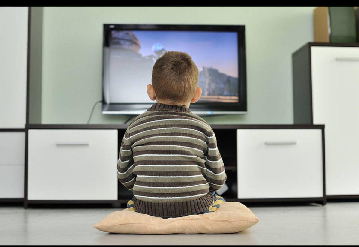 تماشای-تلویزیون-چه-پیامدی-برای-نوزادان-و-کودکان-دارد