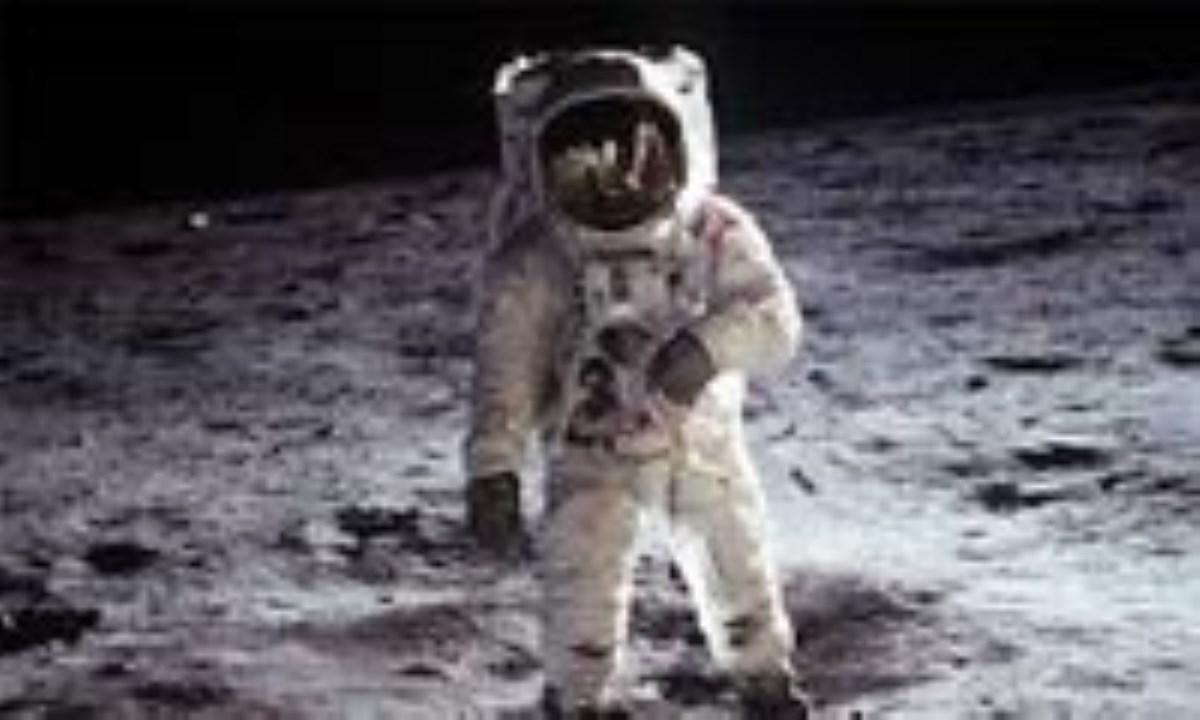 دومین کسی که پا به کرهی ماه گذاشت که بود