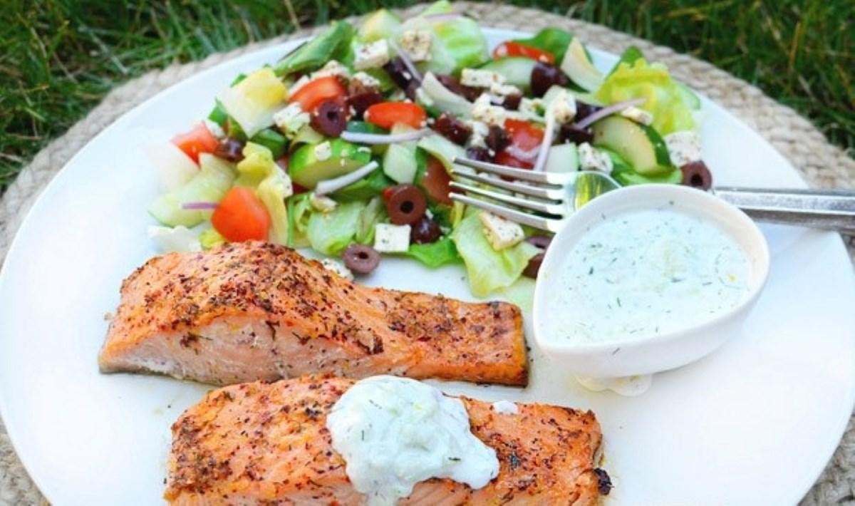 طرز تهیه غذای ملل ماهی سالمون به سبک یونانی با سس خیار