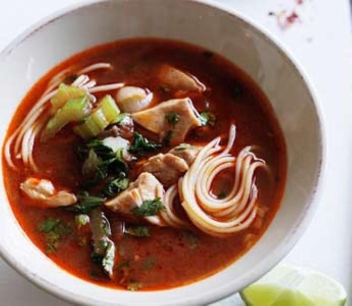 طرز تهیه غذای ملل سوپ مرغ و نودل مکزیکی