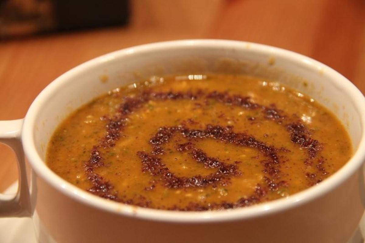 طرز تهیه غذای ملل سوپ عدس قرمز و سماق