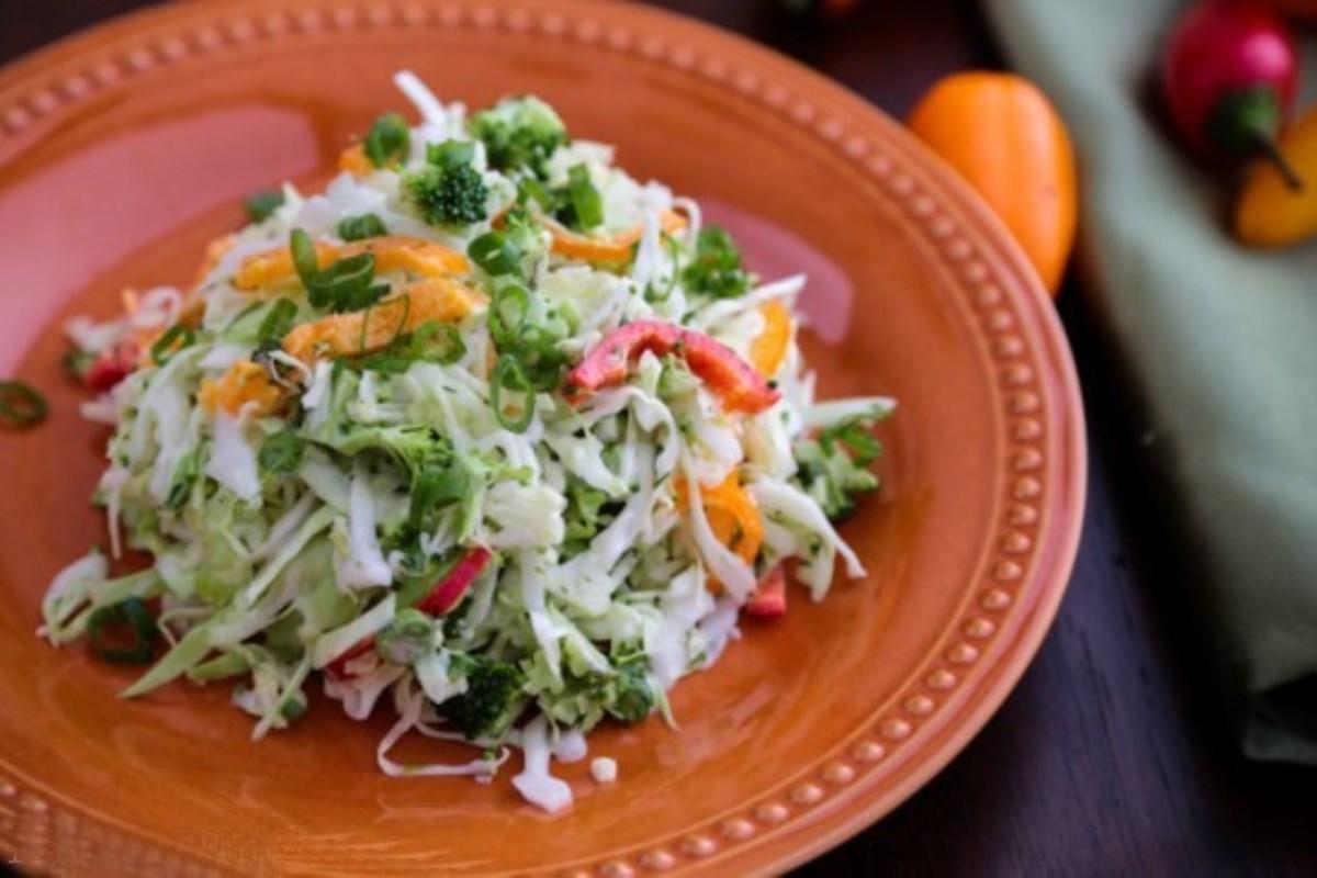 طرز تهیه سالاد کلم با سبزیجات (غذای رژیمی)