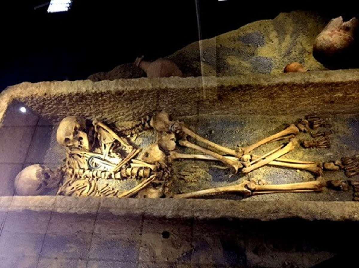 کشف دو اسکلت 1800 ساله زن و مرد همدانی