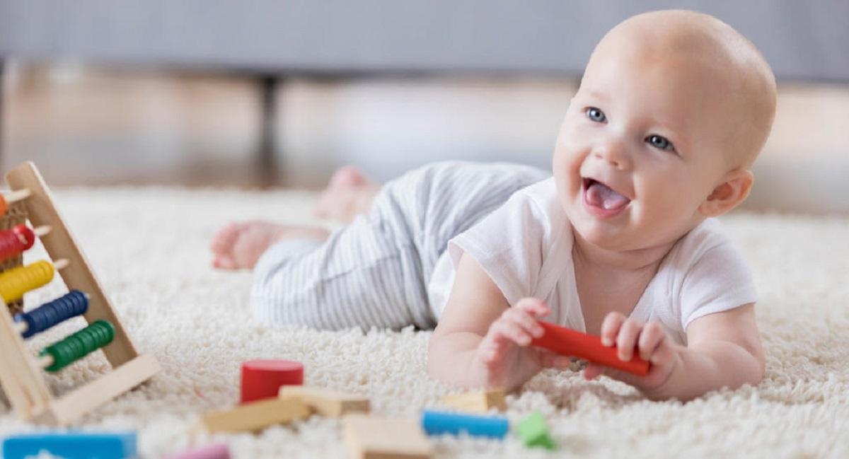 رشد جسمی و حرکتی کودک در چهار ماهگی به چه صورت است؟