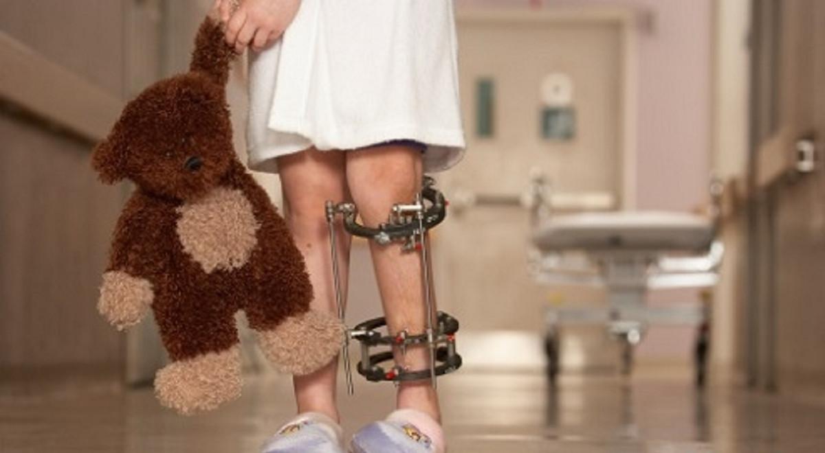 علائم فلج اطفال؛ دلایل ابتلا، پیشگیری و درمان آن