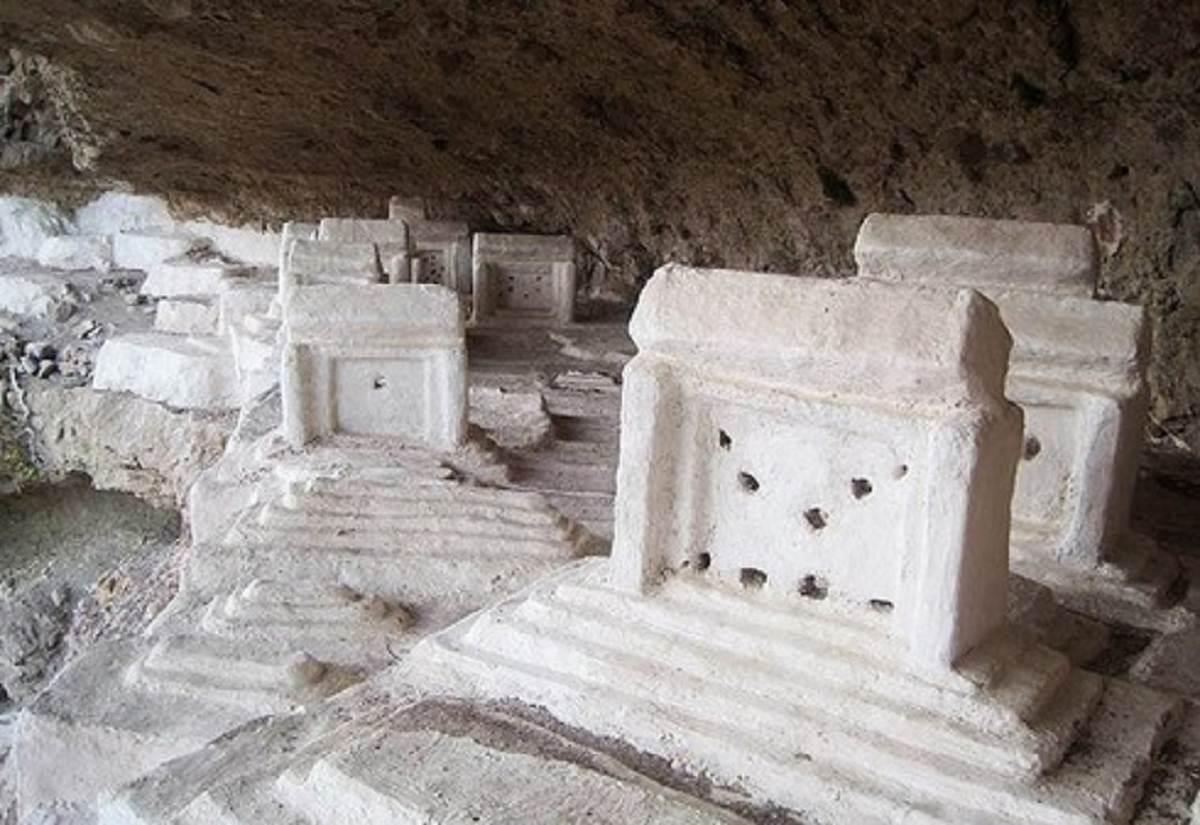 هفتاد ملامیر قبرستانی در دل کوه