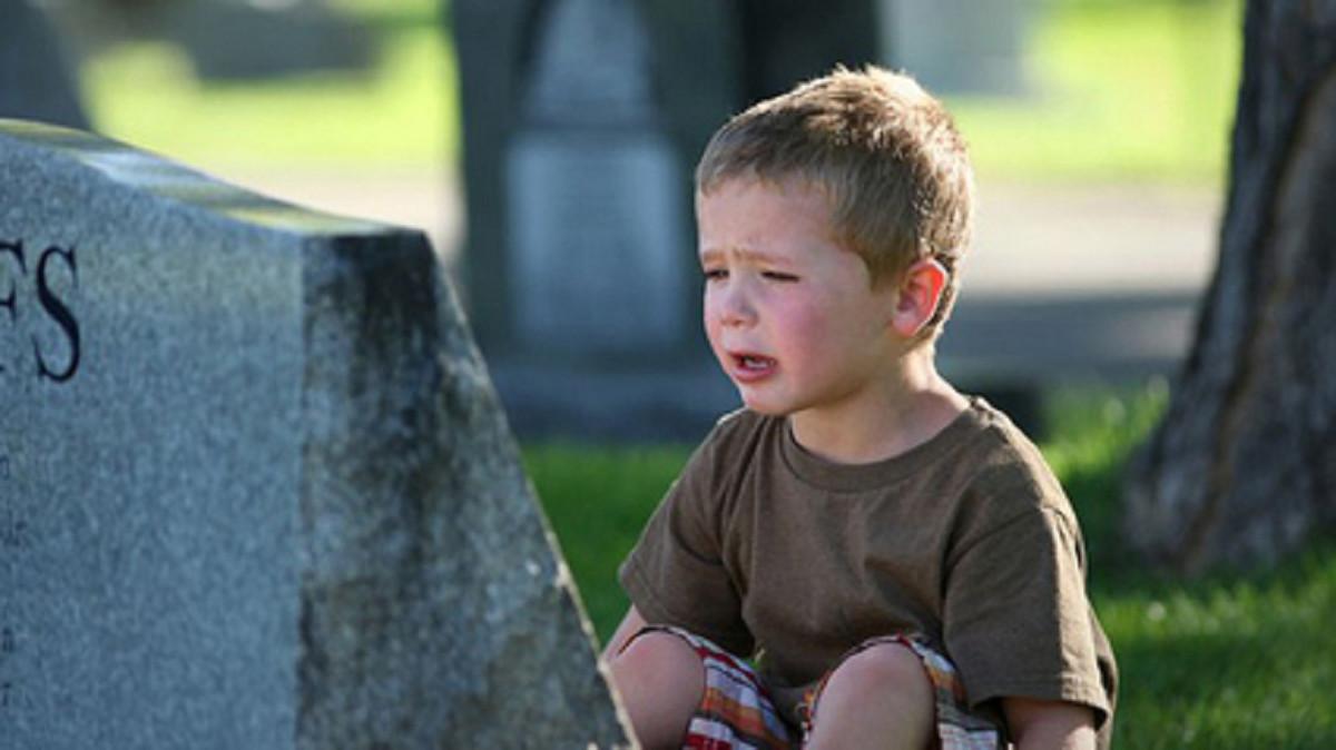 چگونه با کودکی که یکی از عزیزانش را از دست داده  برخورد کنیم