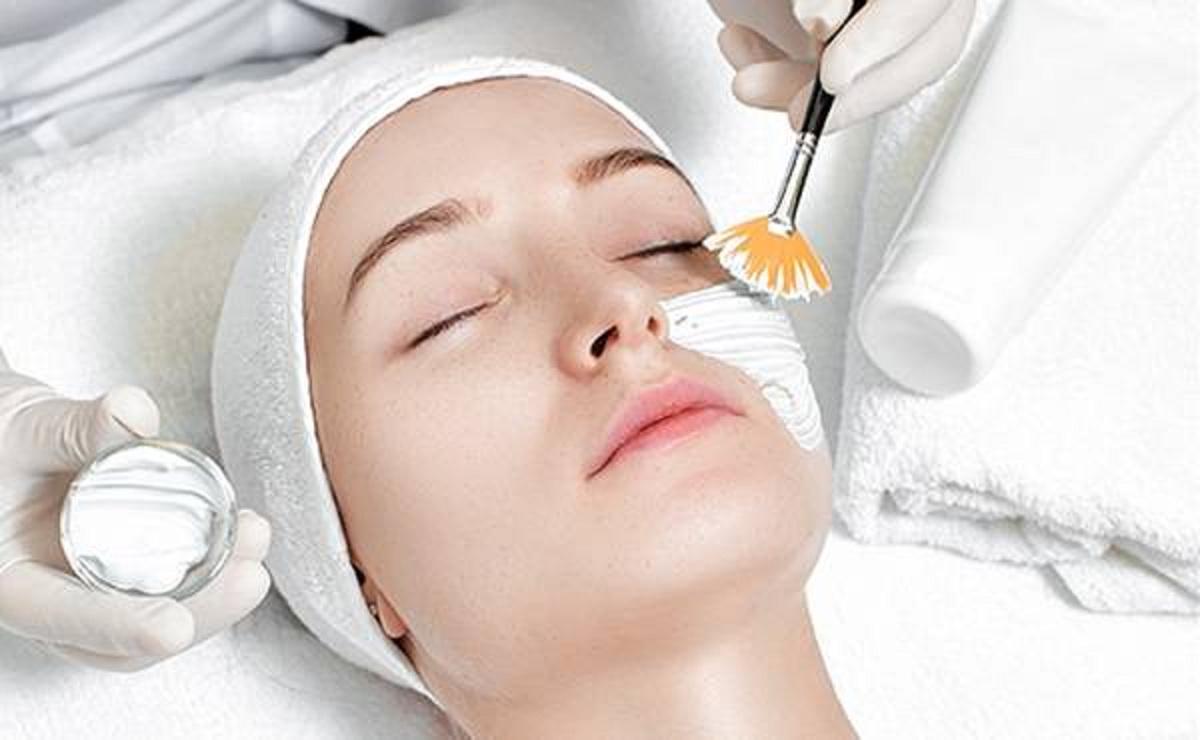 جوانسازی و شفاف سازی پوست صورت با انواع پیلینگ
