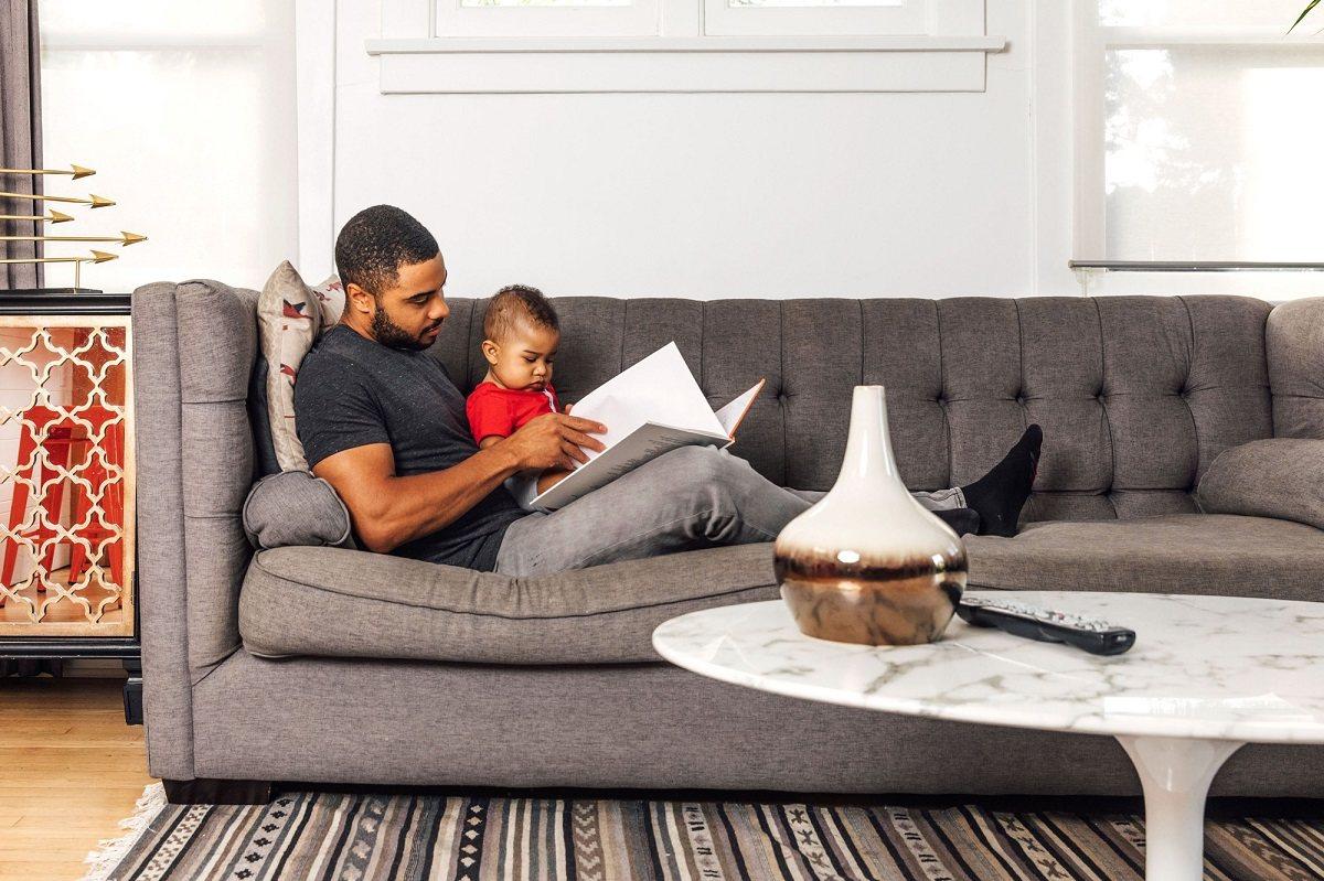 آیا کتاب خواندن برای نوزادم مفید است؟
