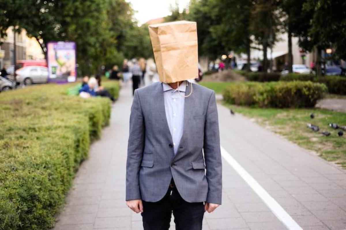 ده روش که خود را از  دید دیگران پنهان می کنیم و  اصلا چه لزومی دارد که دیده شویم؟