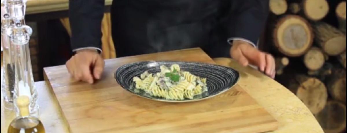 طرز تهیه پاستا فوزیلی با سس گوشت و قارچ