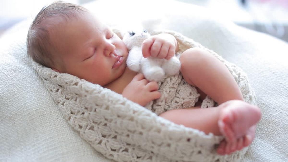 چگونه نوزادم را به طور صحیح بر روی سینه خود فیکس کنم؟