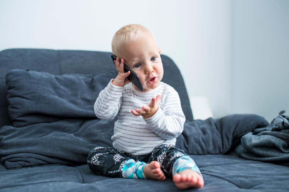 از چه زمان کودک شروع به حرف زدن می کند؟