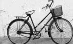 آقاي رجبعلي خان معلم ژيمناستيك مدارس اصفهان به عزم سياحت دور دنيا با دوچرخه بدون پول از اصفهان حركت كرد،(1305ش)