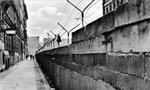 آغاز ساخت ديوار برلين و تقسيم پايتخت آن به دو قسمت غربي و شرقي (1961م)