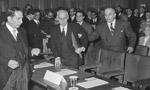 هيئت نمايندگي ايران به اتفاق رولن مشاور حقوقي در اولين جلسه دادگاه لاهه حضور به هم رسانيدند.(1331 ش)