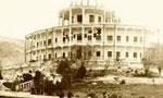 ميرزا حسن خان مستوفي الممالك به قصر فرح آباد احضار و تكليف رئيس الوزرائي به وي شد ولي مستوفي رياست دولت را نپذيرفت (1299ش)