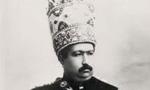 بامداد امروز محمدعلی شاه و ولیعهد و همسر و نزدیکان وی و سایر رجال و اعیان طرفدار استبداد در پناه پانصد قزاق به باغ سفارت روس در زرگنده رفتند.(1288ش)