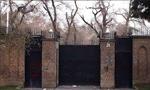 عده زیادی از مشروطه خواهان که در باغ سفارت انگلیس متحصن شده بودند، پس از صدور دستخط شاه، سفارت را ترک کردند(1285ش)