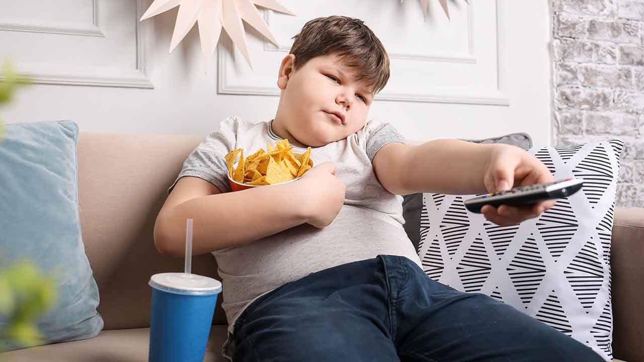 چگونه با چاقی کودک مان برخورد کنیم؟