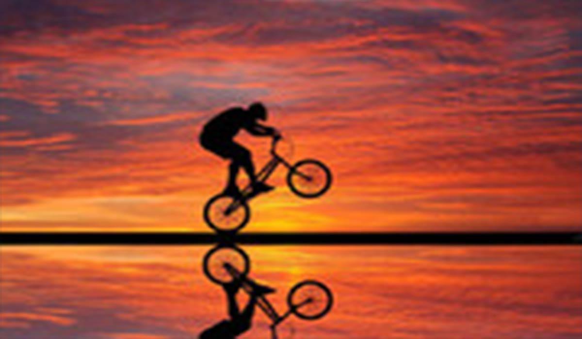 دوچرخهسوار شجاع بر روی یک پل!