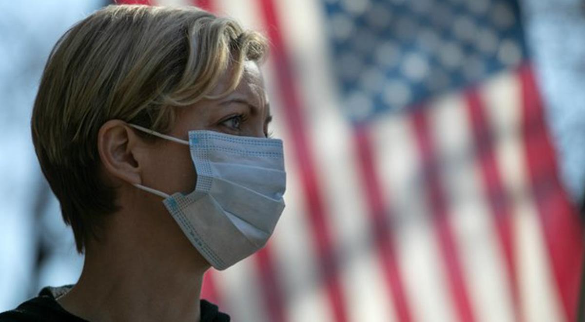 بغض پرستار آمریکایی در مقابل سردخانههای سیار بیمارستان نیویورک