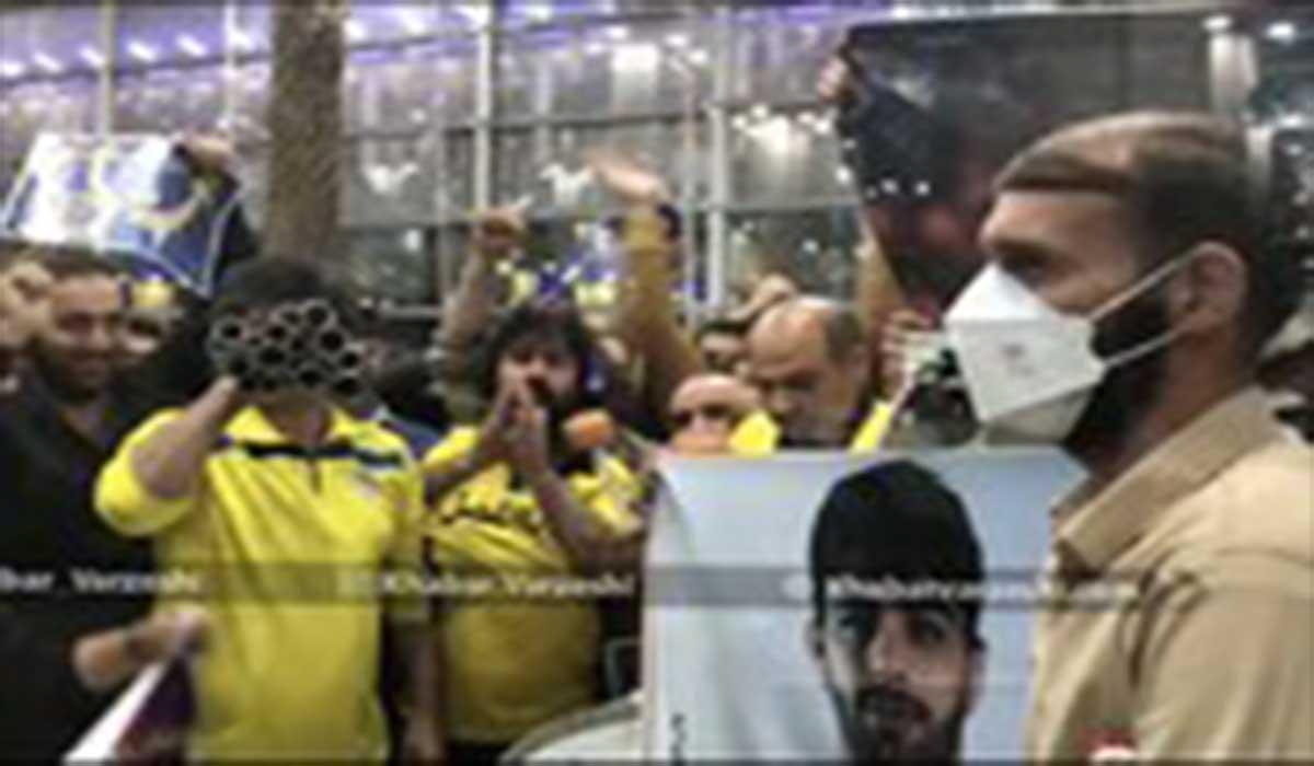 استقبال از محمد بنا توسط هواداران در فرودگاه امام (ره)