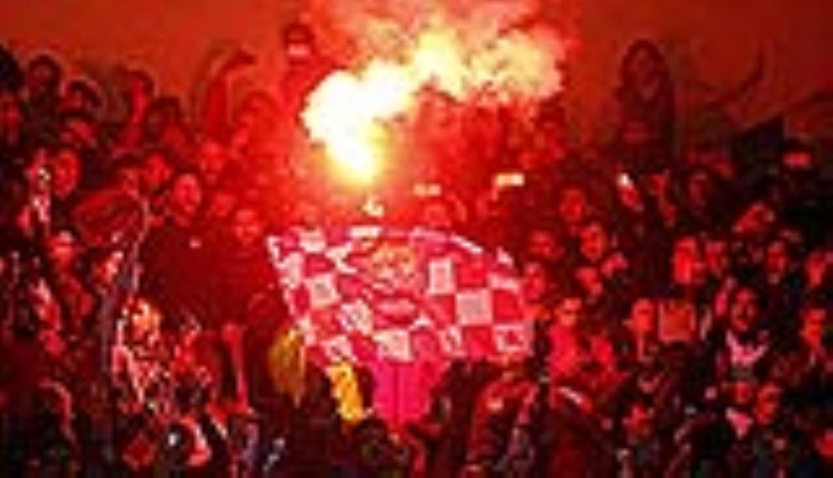 حضور شب گذشته هواداران پرسپولیس مقابل ورزشگاه جم