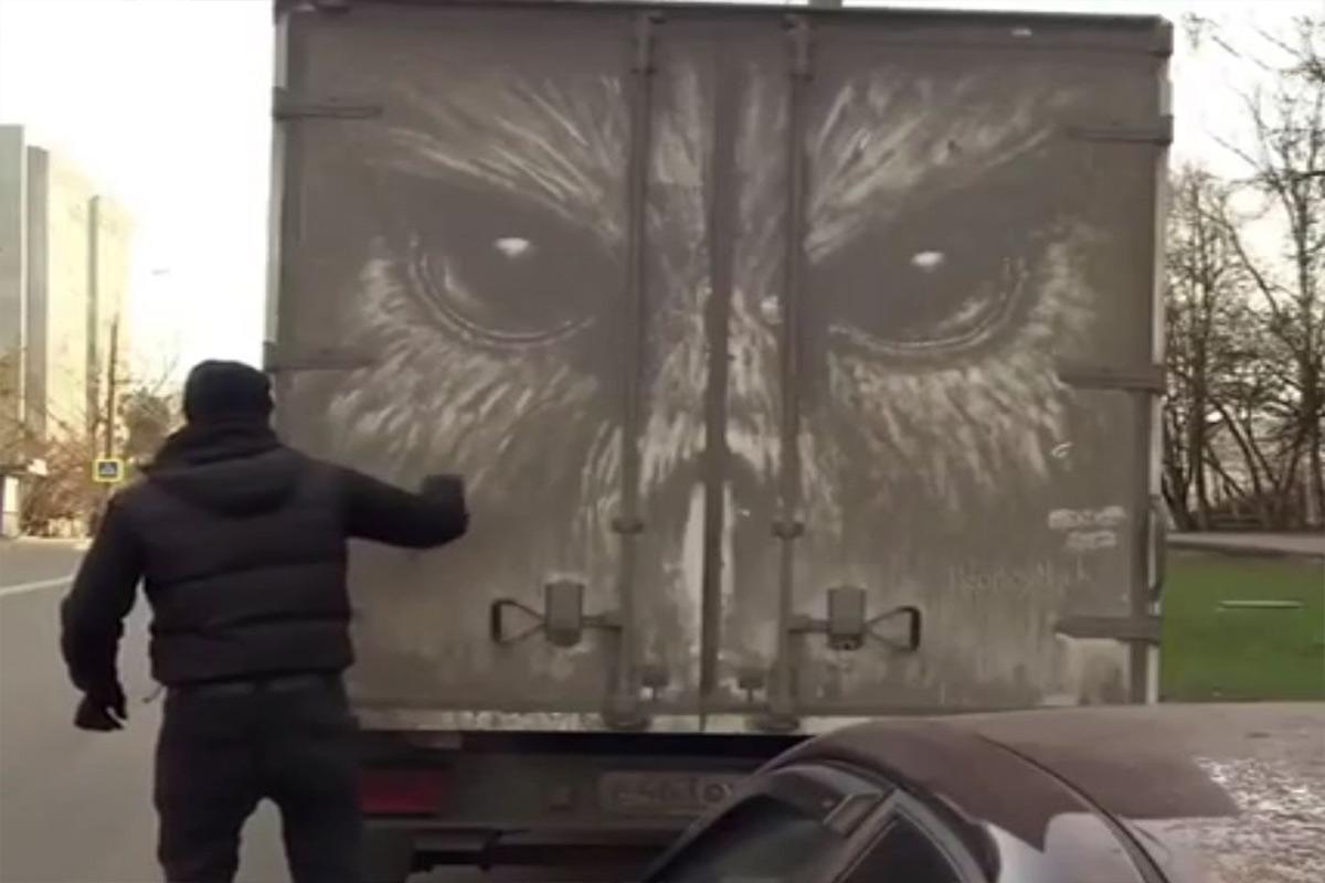 نقاشی با گل خشک شده بر روی کامیون