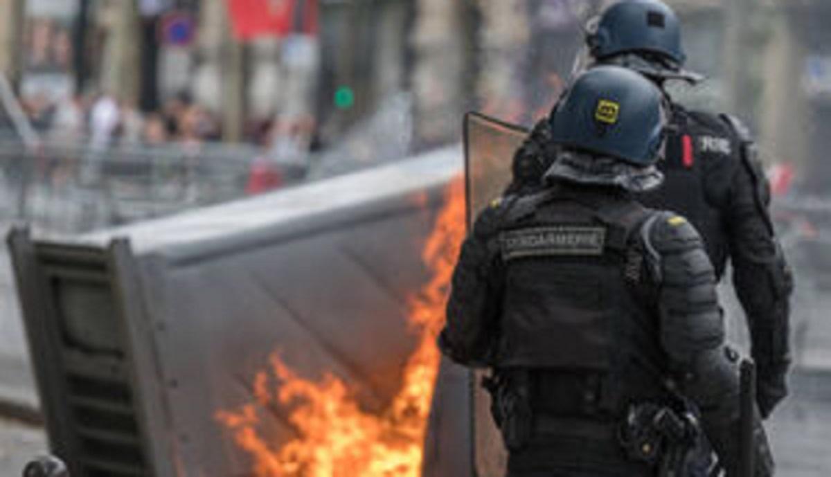 فیلمی از برخورد خشونت آمیز پلیس فرانسه با معترضان