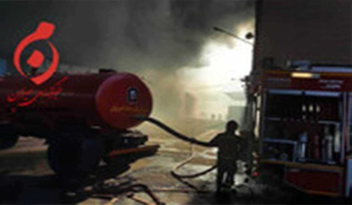 تلاش آتشنشانها برای مهار آتشسوزی بزرگ شرکت بهنوش!