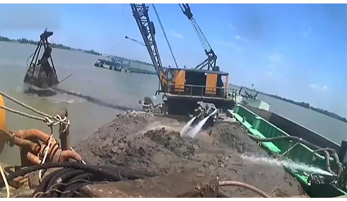 سقوط بیل مکانیکی به داخل رودخانه حین لایروبی + فیلم