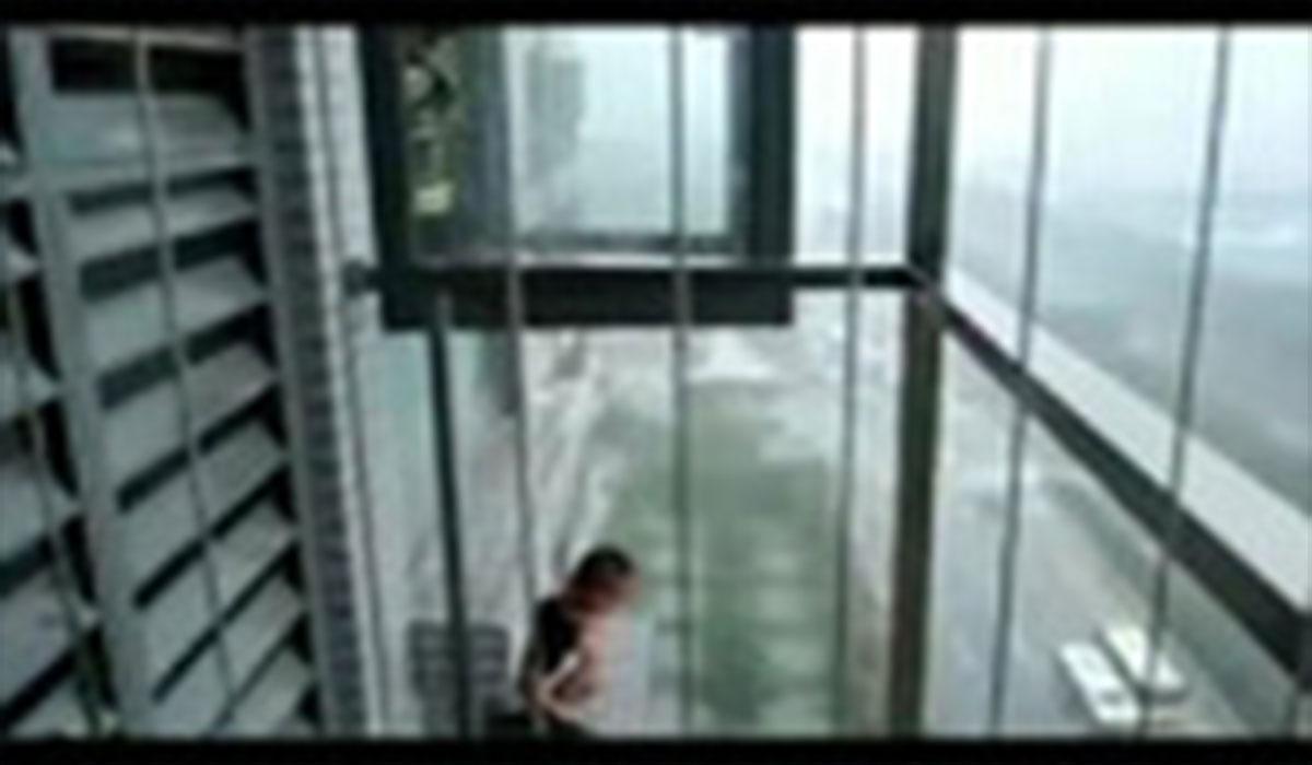 نجات کودک از میان نردههای پنجره