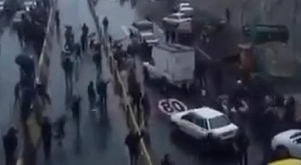 خالی کردن یک کامیون سنگ در میان تجمع مردم