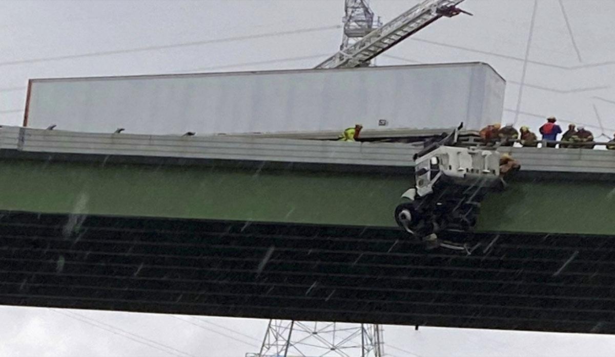 نجات راننده تریلی پس از تصادف روی پل