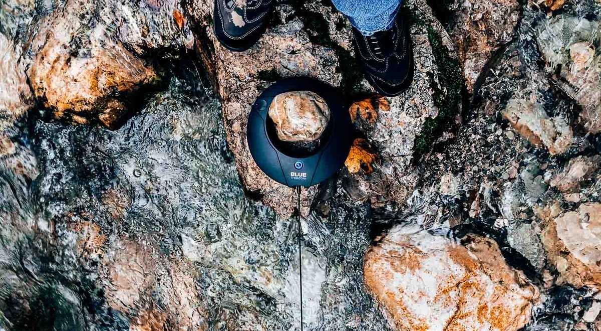 شارژر همراهی که میتواند از جریان آب رودخانه برق تولید کند.