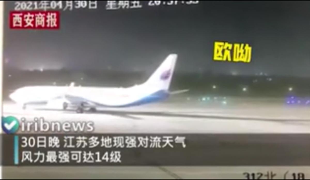 قدرت وزش باد هواپیما را دروخودش چرخاند