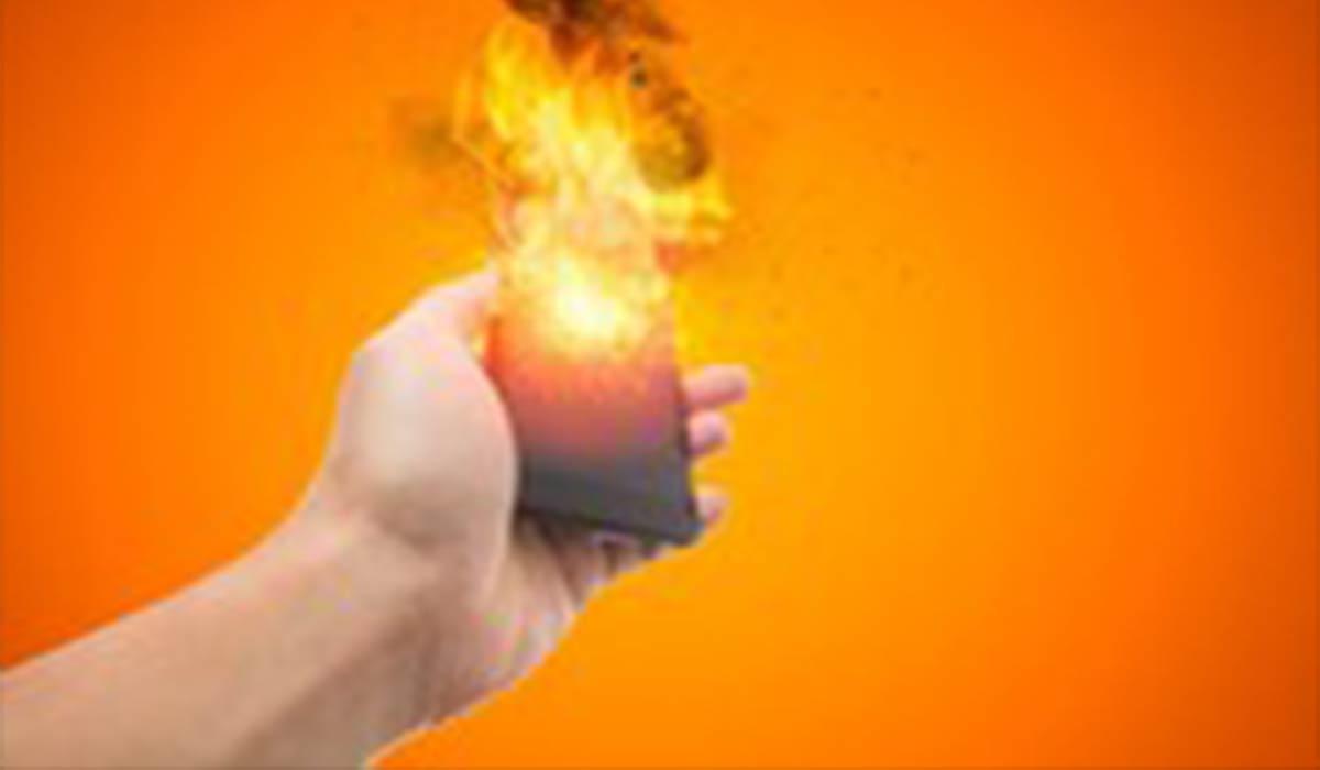 انفجار موبایل در دست یک جوان