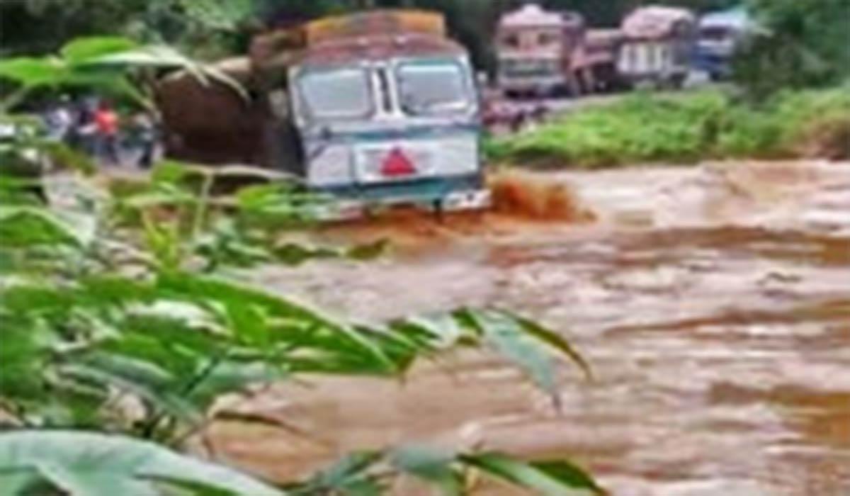 واژگون شدن تریلی هنگام عبور از رودخانه در چابهار!