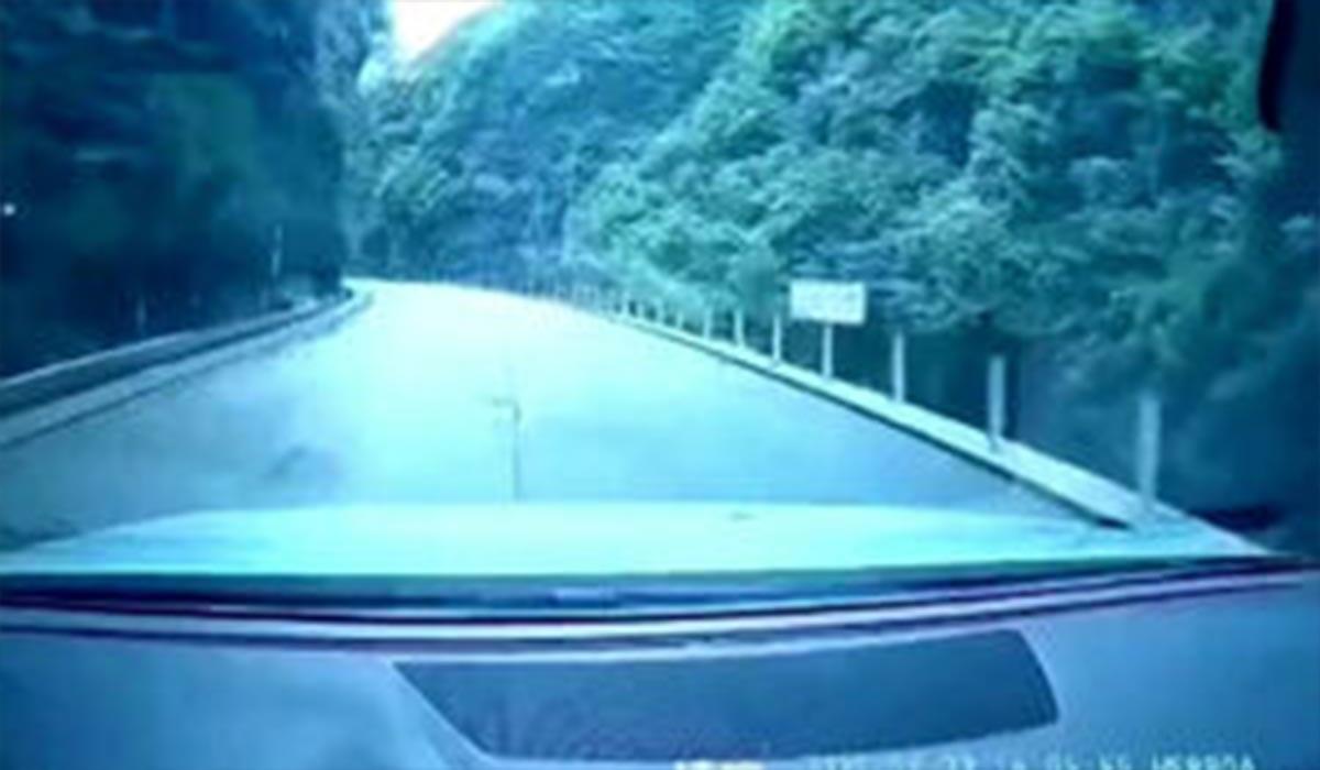 فیلم ریزش کوه بر روی خودروی یک پدر و پسر