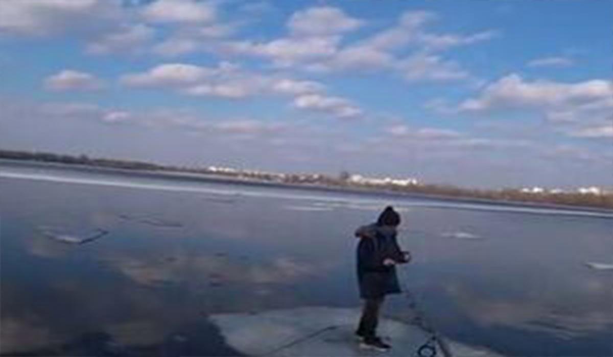 نجات پسر بچه گرفتار بر روی قطعه یخ