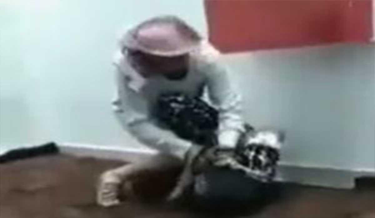 کتک زدن خدمتکار کنیایی توسط یک سعودی!