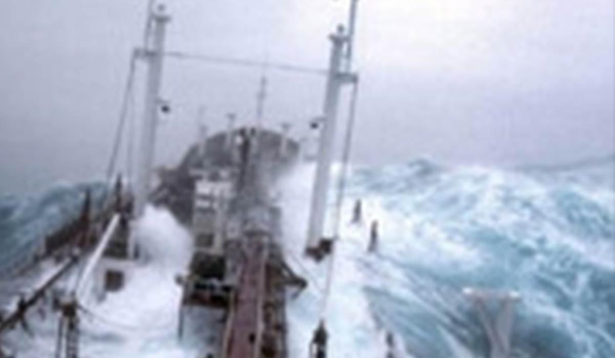 برخورد امواج سهمگین با نفتکشی در آتلانتیک!