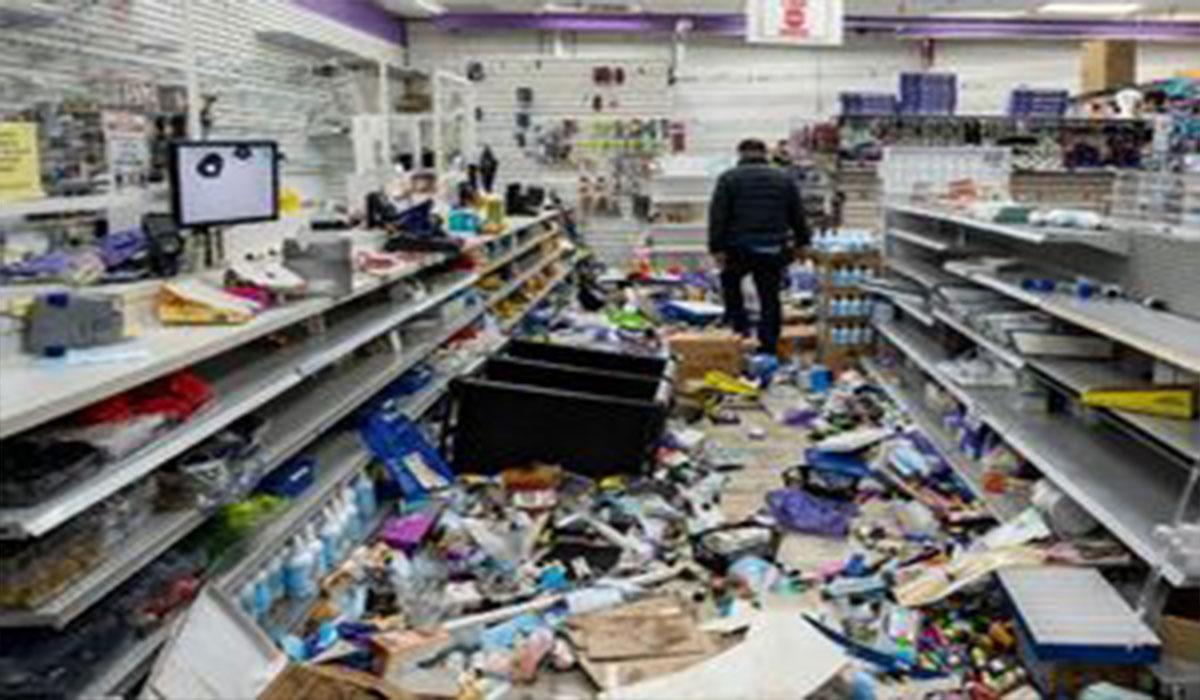 اینجا آمریکا و فروشگاه های غارت شده...