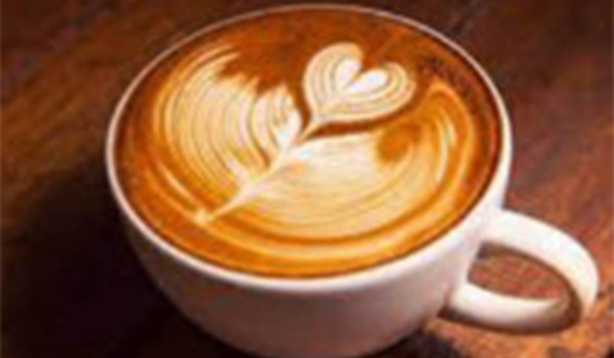 ربات قهوهساز و هنرنمایی خیرهکننده با شیر روی قهوه!