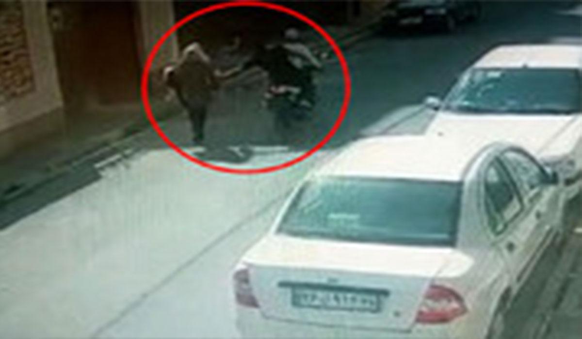 حمله وحشیانه سارقان موتورسوار به زن جوان گلستانی