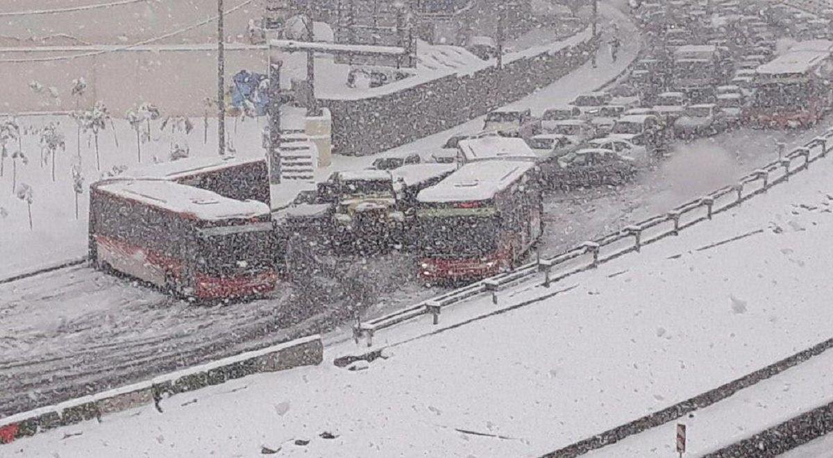 پارک دو اتوبوس شرکت واحد در میان اتوبان امام علی(ع)