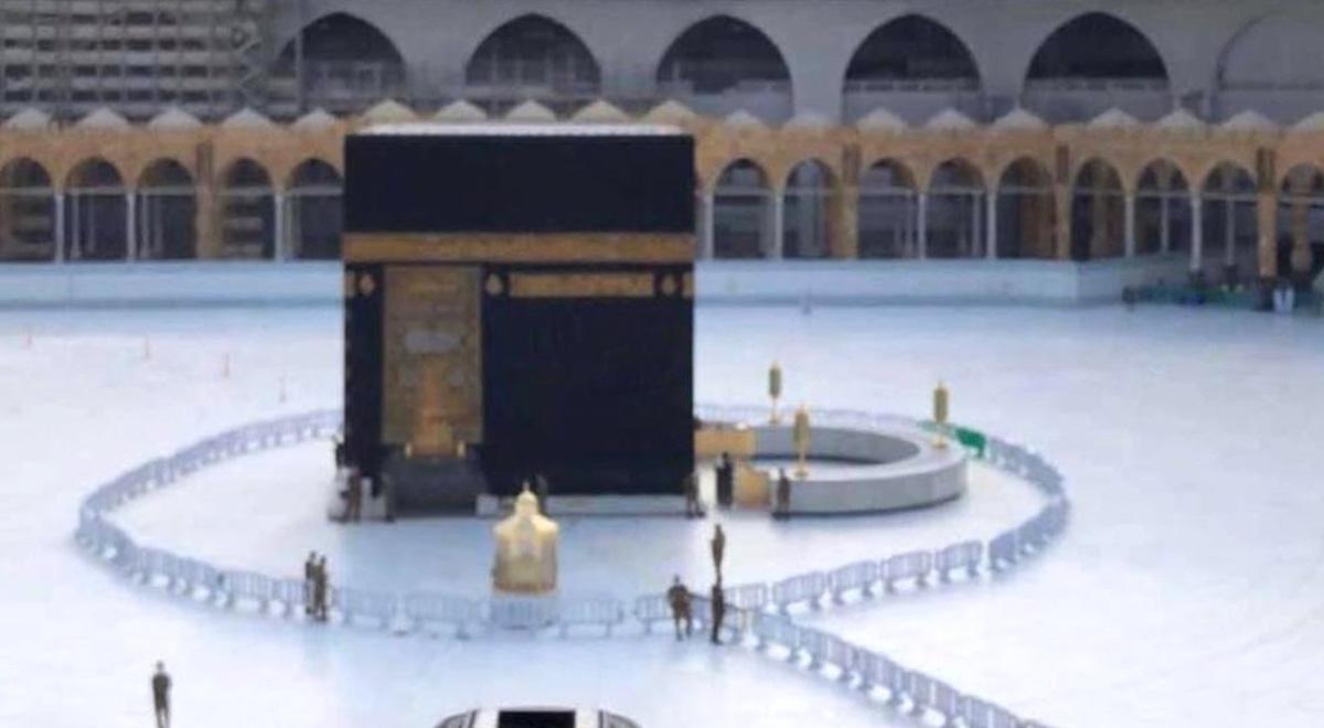 نماز مسلمانان در ماه رمضان در کنار کعبه با حفظ فاصله اجتماعی در دوران کرونا