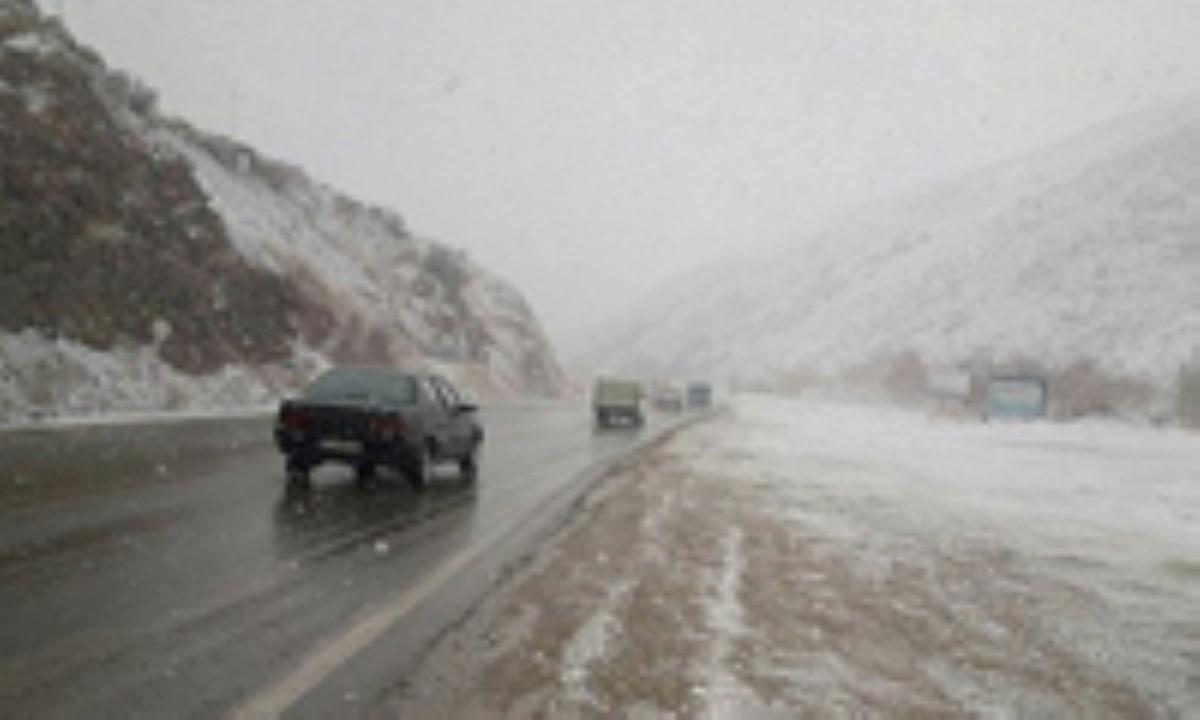 برف و باران در ۲۱ استان کشور / هشدار لغزندگی محورهای کوهستانی
