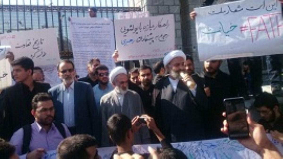 تجمع دانشجویان انقلابی در اعتراض به تصویب CFT مقابل مجلس شورای اسلامی